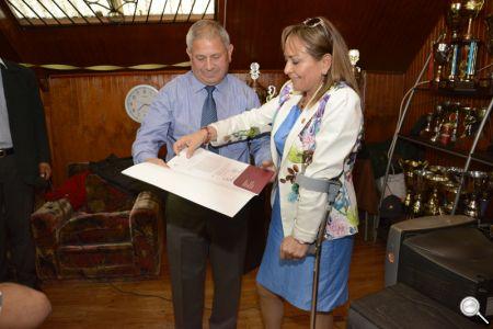 La alcaldesa de Hualpén, Fabiola Lagos, entregando el comodato de la casa propia a la Asociación de Rayuela de Hualpén.