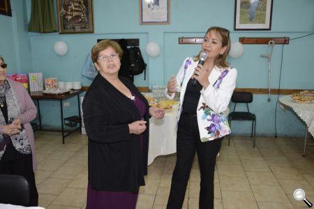 La alcaldesa Fabiola Lagos, junto a la presidenta de la agrupación, Alicia Mella.