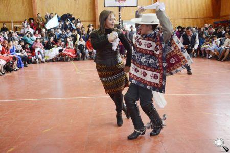 La alcaldesa Fabiola Lagos, muy entusiasmada, bailó con el joven estudiante de 5° año Básico del Colegio Thomas Jefferson, Francisco Cerna.