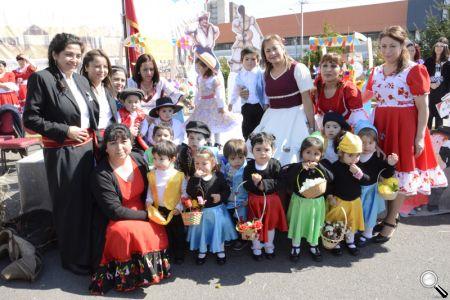 La autoridad comunal, Fabiola Lagos, junto a los niños y niñas del Jardín Los Notros.
