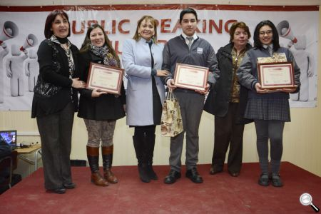 La alcaldesa Fabiola Lagos, junto a la pareja ganadora del Colegio Blanca Estela.