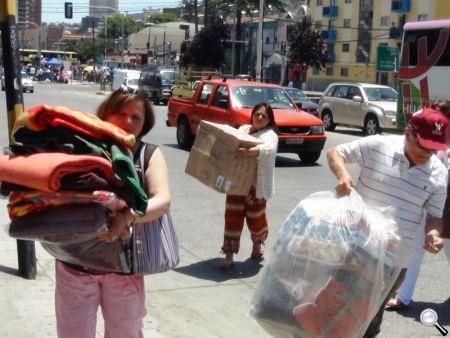 En la Avenida Argentina de Valparaíso comenzó la descarga de la ayuda a las camionetas para llevarla a los cerros.