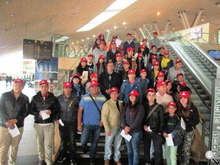 El grupo de viajeros, antes de tomar el avión rumbo a la capital.