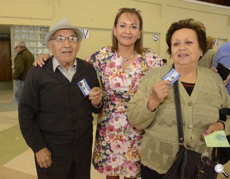 La alcaldesa de Hualpén, Fabiola Lagos, junto a los adultos mayores que retiraron sus pases.